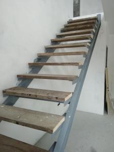 Установка черновых ступеней на сварной каркас лестницы